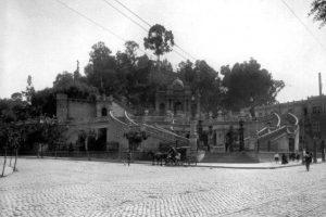 Cerro Santa Lucía desde la Alameda de Las Delicias de Santiago en 1910. Foto:Fotos Históricas de Chile. Imagen Por: