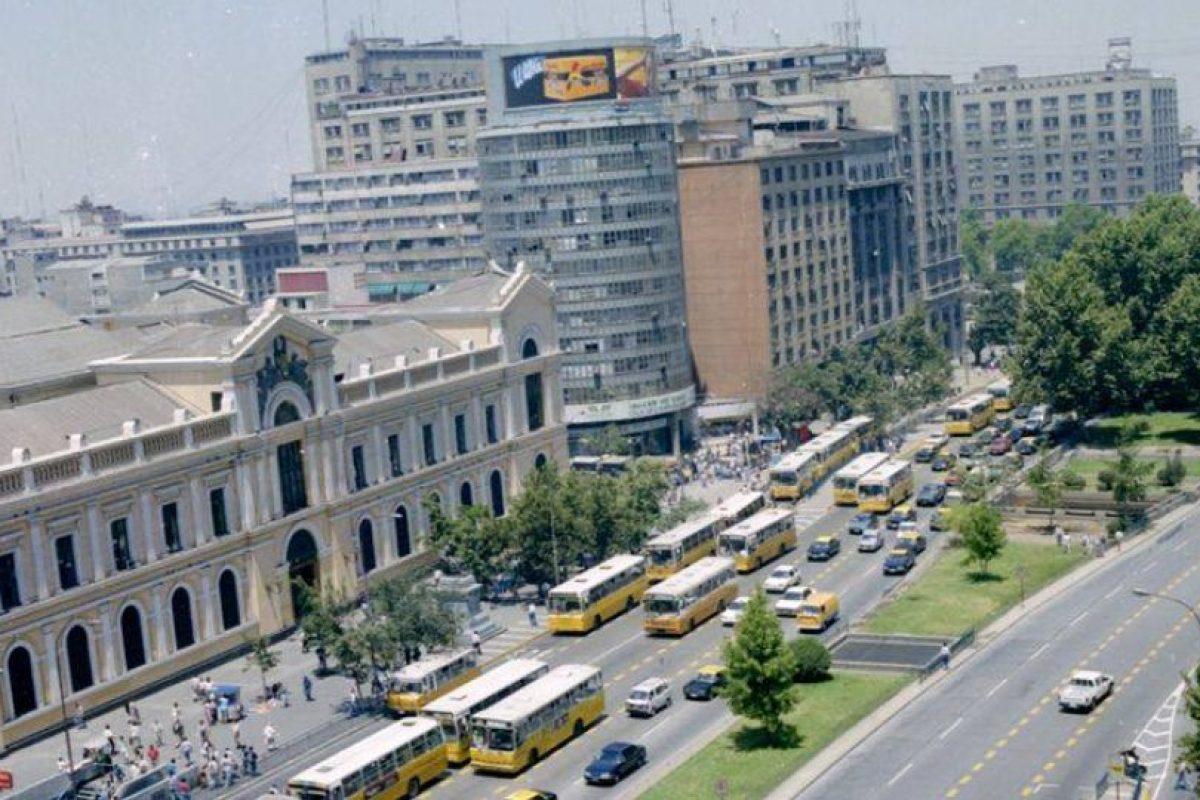 Locomoción colectiva por avenida Alameda de Santiago, frente a edificio de la Universidad de Chile, 1995. Foto:Fotos Históricas de Chile. Imagen Por:
