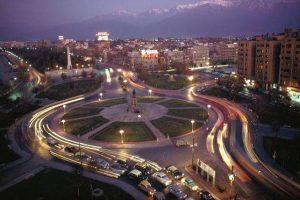 Vista nocturna de Plaza Baquedano, hacia el oriente de Santiago en 1969. Foto:Fotos Históricas de Chile. Imagen Por: