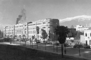 Vista de avenida Alameda y Casa Central de la Universidad Católica de Chile. Santiago, 1945. Foto:Fotos Históricas de Chile. Imagen Por: