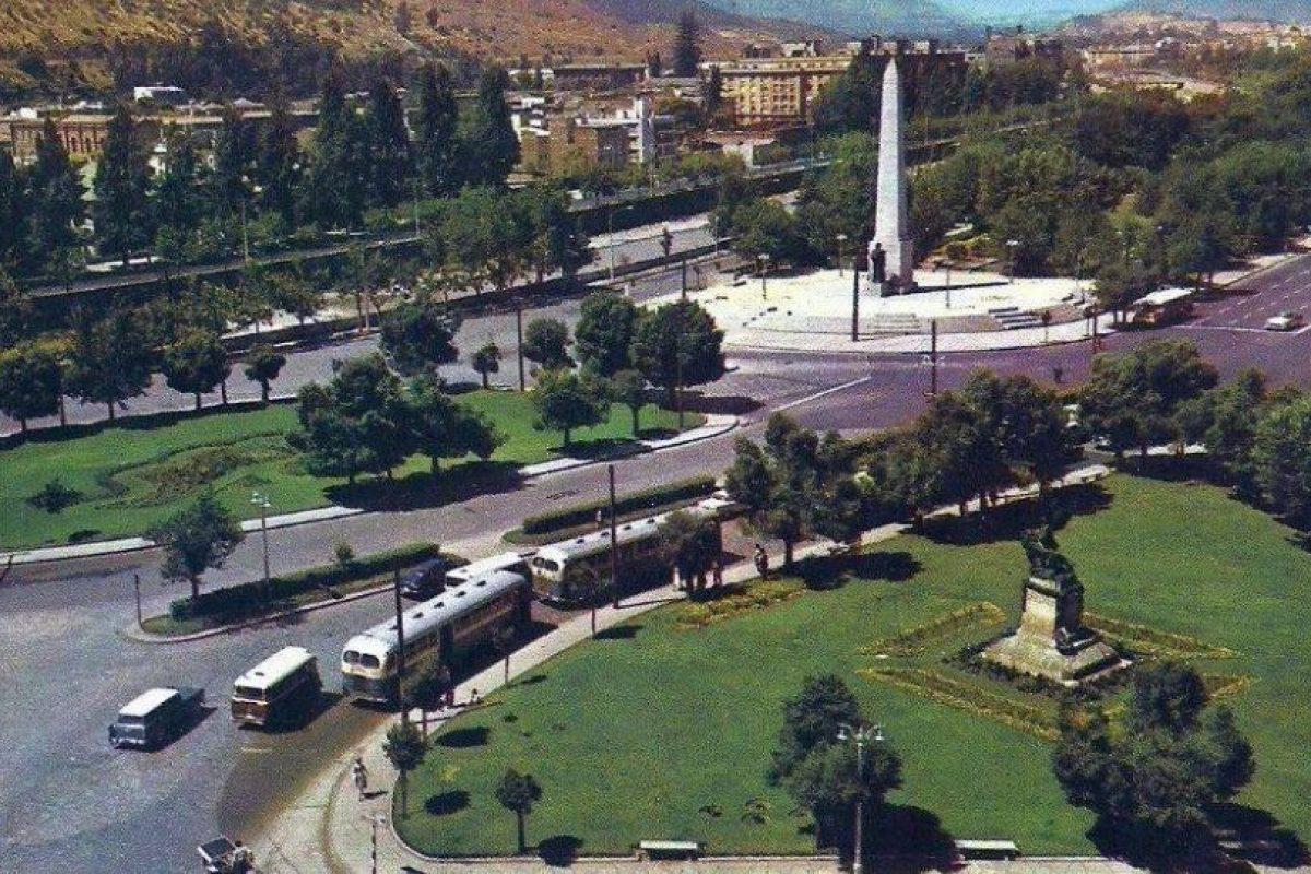 Locomoción colectiva por Plaza Italia de Santiago, 1960. Foto:Fotos Históricas de Chile. Imagen Por: