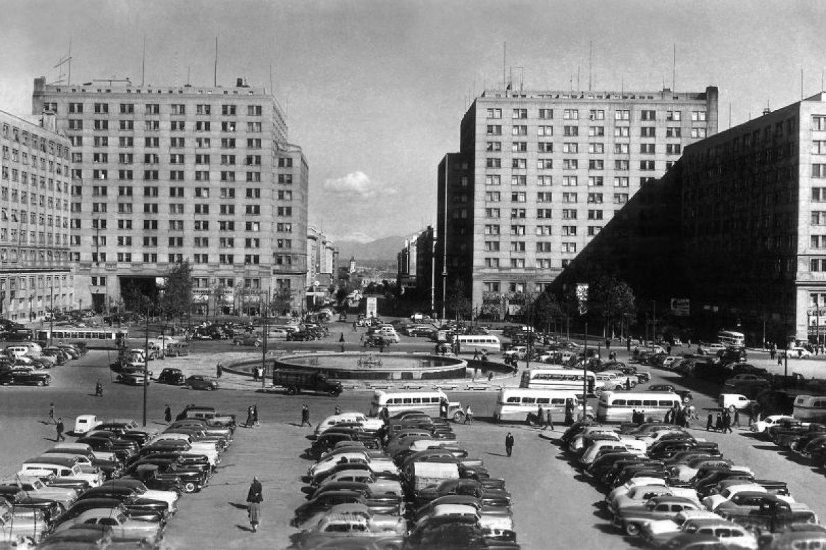 Avenida Alameda, desaparecida pileta de Plaza Bulnes y Barrio Cívico de Santiago en 1952. Foto:Fotos Históricas de Chile. Imagen Por: