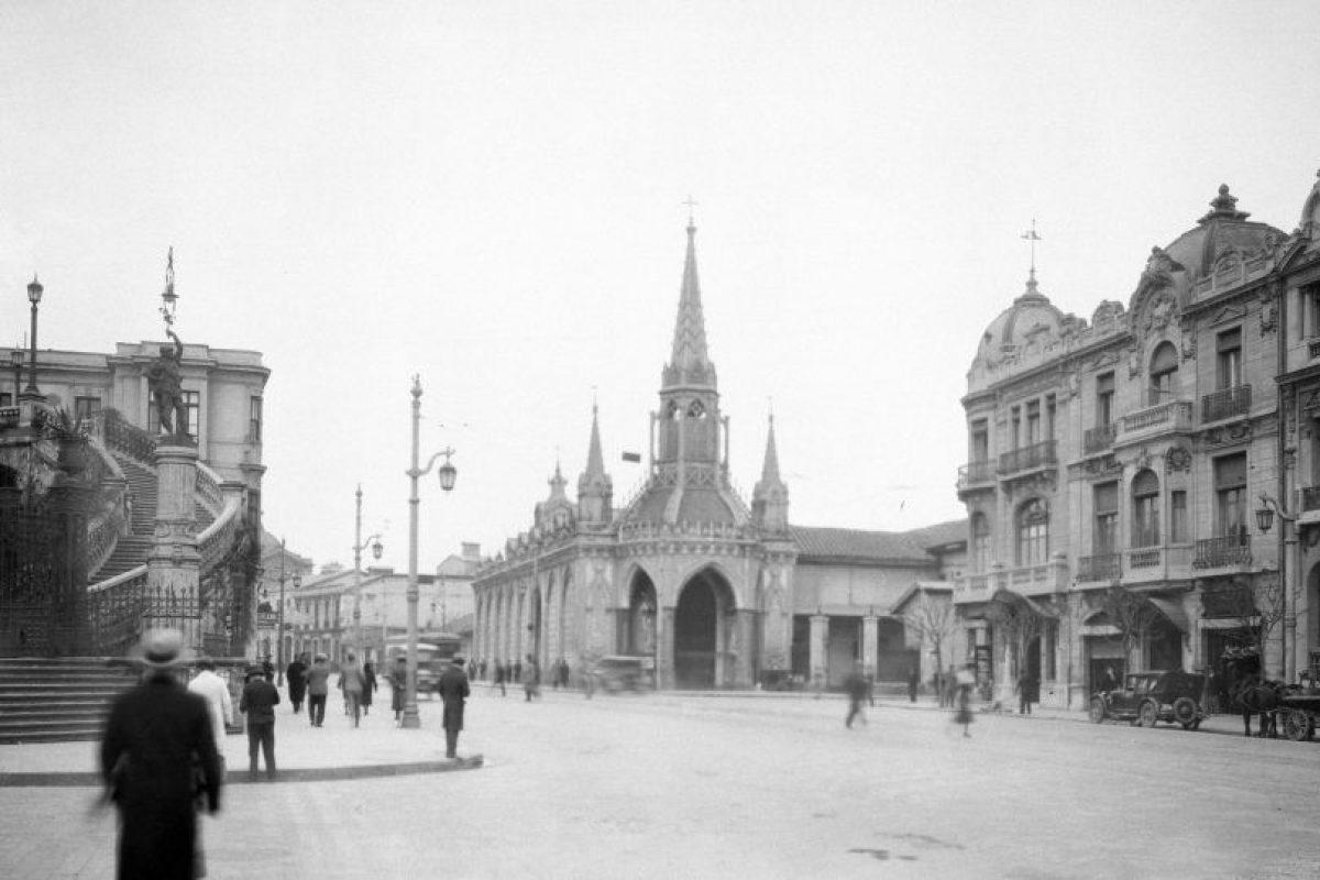 Acceso al cerro Santa Lucía, Alameda de Las Delicias, Iglesia del Carmen Alto de Santiago en 1932. Foto:Fotos Históricas de Chile. Imagen Por: