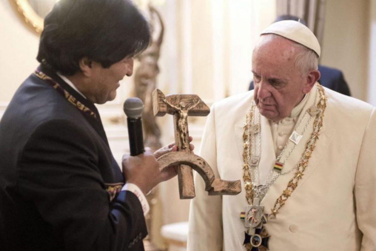 """El presidente boliviano, Evo Morales, entrega un """"crucifijo comunista"""" al Pontífice, en el palacio presidencial en La Paz. Foto:EFE. Imagen Por:"""