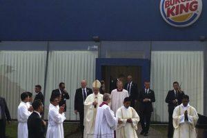 Bergoglio al salir del Burger King que utilizó como sacristía antes de una misa, en Santa Cruz de la Sierra, en Bolivia. Foto:EFE. Imagen Por: