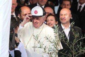 Francisco recibe una gorra con mensajes de agradecimiento y se la pone, en una misa celebrada en Asunción (Paraguay). Foto:efe. Imagen Por: