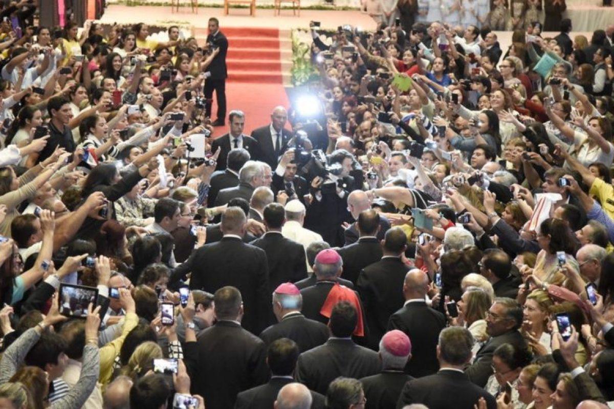 El Pontífice, rodeado de agentes de seguridad y fieles, pasa por una alfombra roja al llegar a Asunción. Foto:EFE. Imagen Por: