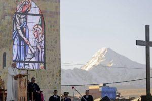 El Papa habla a una multitud de fieles en El Alto (Bolivia), donde se ve la montaña Illimani detrás. Foto:AFP. Imagen Por: