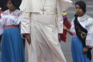 """4. """"Entiendo esta obra, la considero una expresión de arte de protesta, para mí no fue una ofensa, lo digo para que no haya opiniones equivocadas. La llevo conmigo al Vaticano"""", dijo el Papa acerca del regalo. Foto:AP. Imagen Por:"""