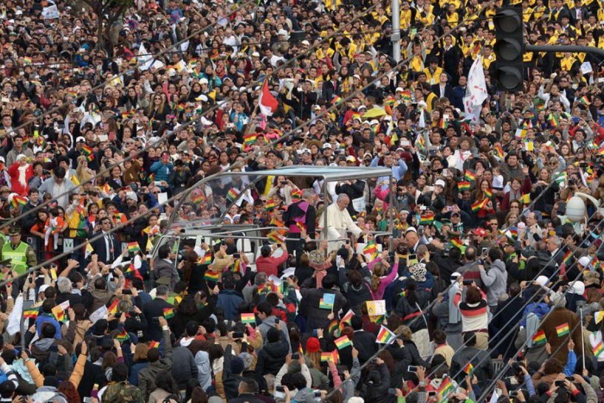 La cantidad de gente hizo que la marcha fuera muy lenta, el papa Francisco saludo a la gente durante todo el trayecto. Foto:AFP. Imagen Por: