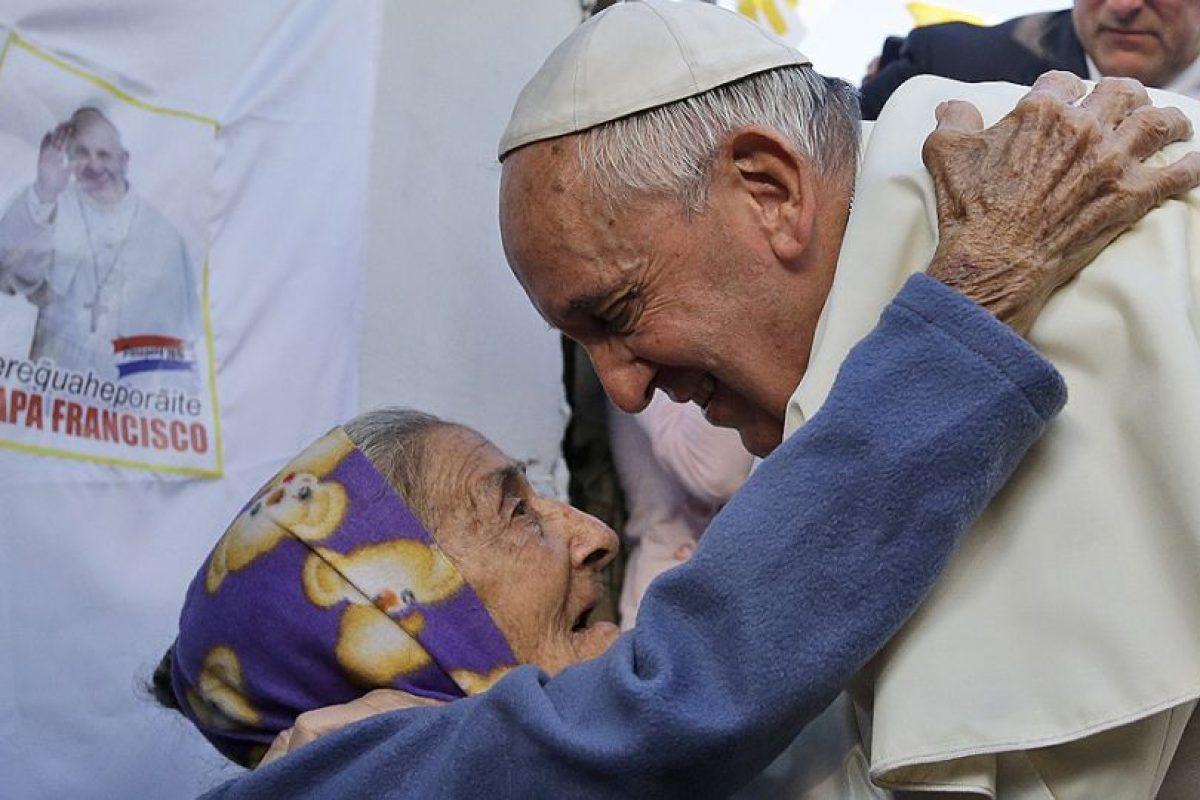 Una abuelita se acerca a saludar al Papa mientra recorría las calles de Asunción, en Paraguay. Foto:AFP. Imagen Por: