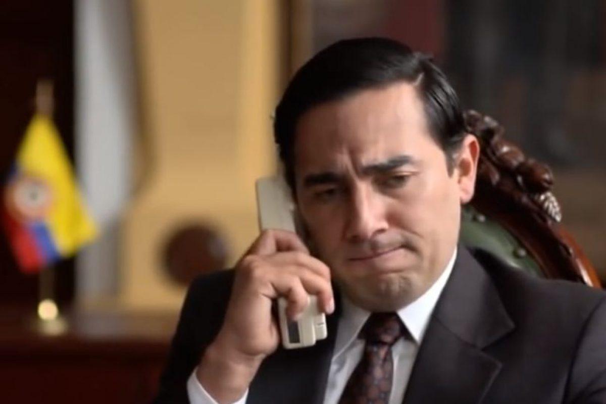 Fabián Mendoza interpretó al expresidente César Gaviria, quien subió al poder luego de Galán ser asesinado. En su gobierno se le daría caza a Escobar y se le daría de baja. Foto:vía Caracol Televisión. Imagen Por:
