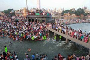 La celebración consiste en un baño sagrado. Foto:AFP. Imagen Por: