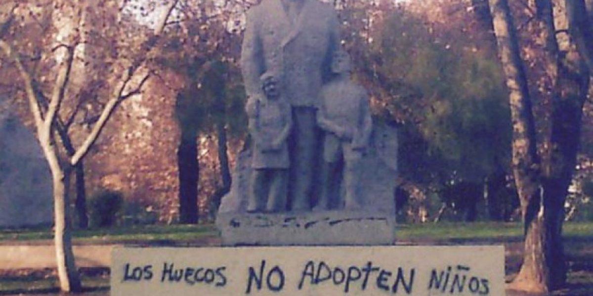 Rayan esculturas de Parque Almagro con duros mensajes homofóbicos