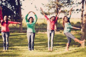 """Mandando un mensaje juntas: """"Love"""" Foto:Tumblr.com/Taggged/amigas/divertidas. Imagen Por:"""