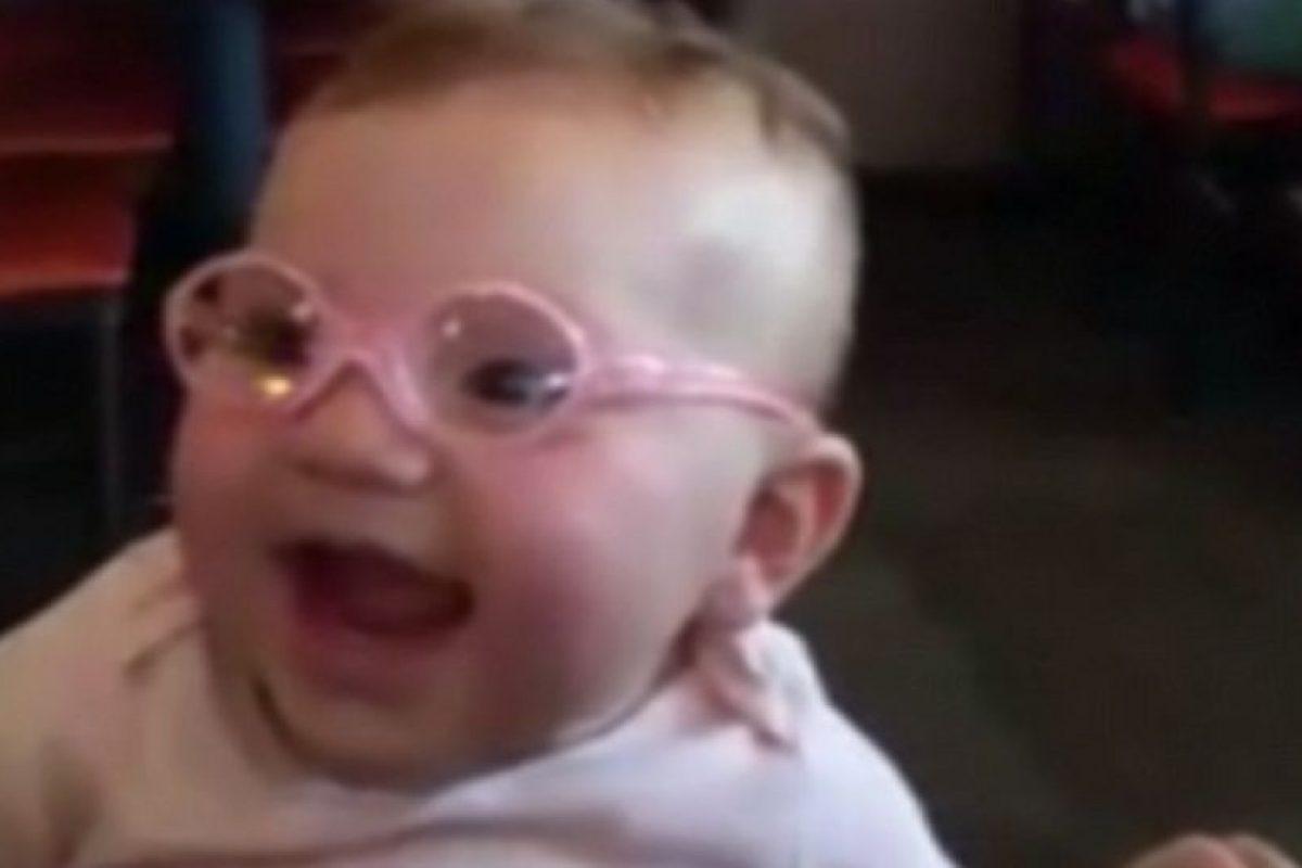 Piper mostró su gran alegría al recibir sus lentes. Foto:Vía Youtube. Imagen Por: