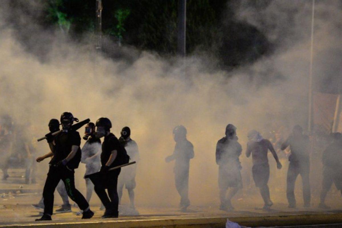 La policía tuvo que utilizar gases lacrimógenos para dispersar a la multitud Foto:AFP. Imagen Por: