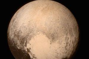 3. Asimismo, la misión con la sonda New Horizons permitió tener imágenes más nítidas del planeta enano. Foto:AFP. Imagen Por: