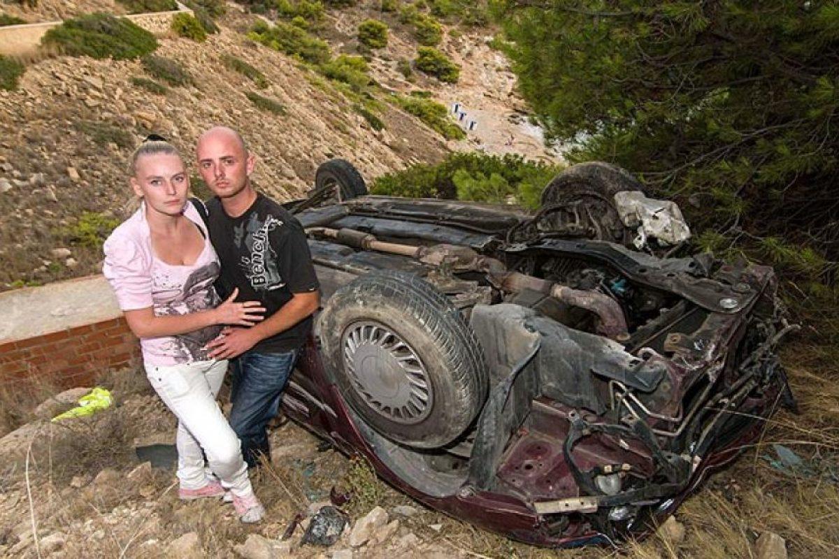 Esta pareja se desplomó varios metros hasta el fondo de un acantilado en su automóvil. Aparte de lesiones menores, ambos sobrevivieron sin efectos a largo plazo. Foto:Reproducción. Imagen Por: