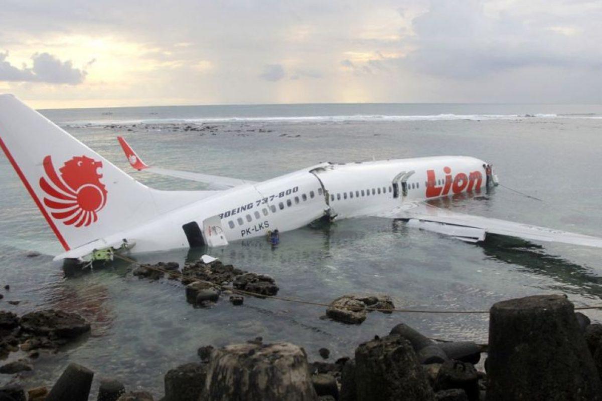 Este avión se estrelló en la costa de Bali, dividiéndose en dos. Todos sobrevivieron. Foto:Reproducción. Imagen Por: