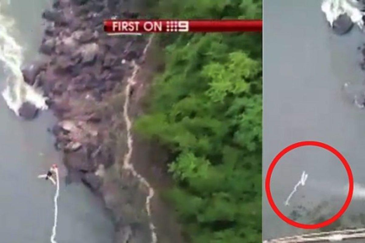 La cuerda en la que se lanzó esta mujer se rompió, cayendo desde gran altura a una zona plagada de cocodrilos. Salió con vida del lugar. Foto:Reproducción. Imagen Por: