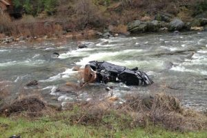 Una familia de cinco integrantes naufragó al volcar su vehículo en un río. Un hombre que andaba en kayak en el área los salvó a todos. Foto:Reproducción. Imagen Por: