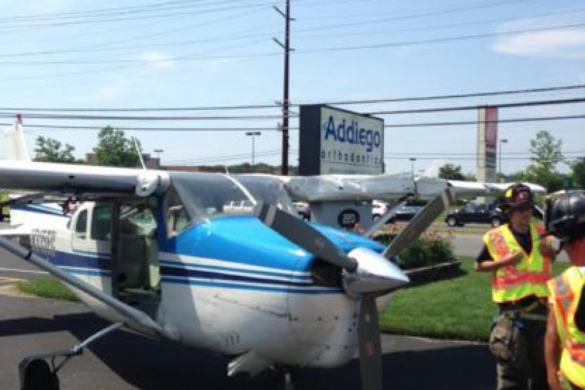 La aeronave perdió potencia y obligó al piloto a aterrizar. Foto:Vía facebook.com/StaffordTownshipPoliceDepartment. Imagen Por: