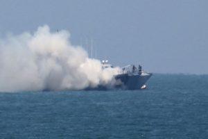 El barco de patrulla naval fue atacado por un barco guardacosta. Foto:AFP. Imagen Por: