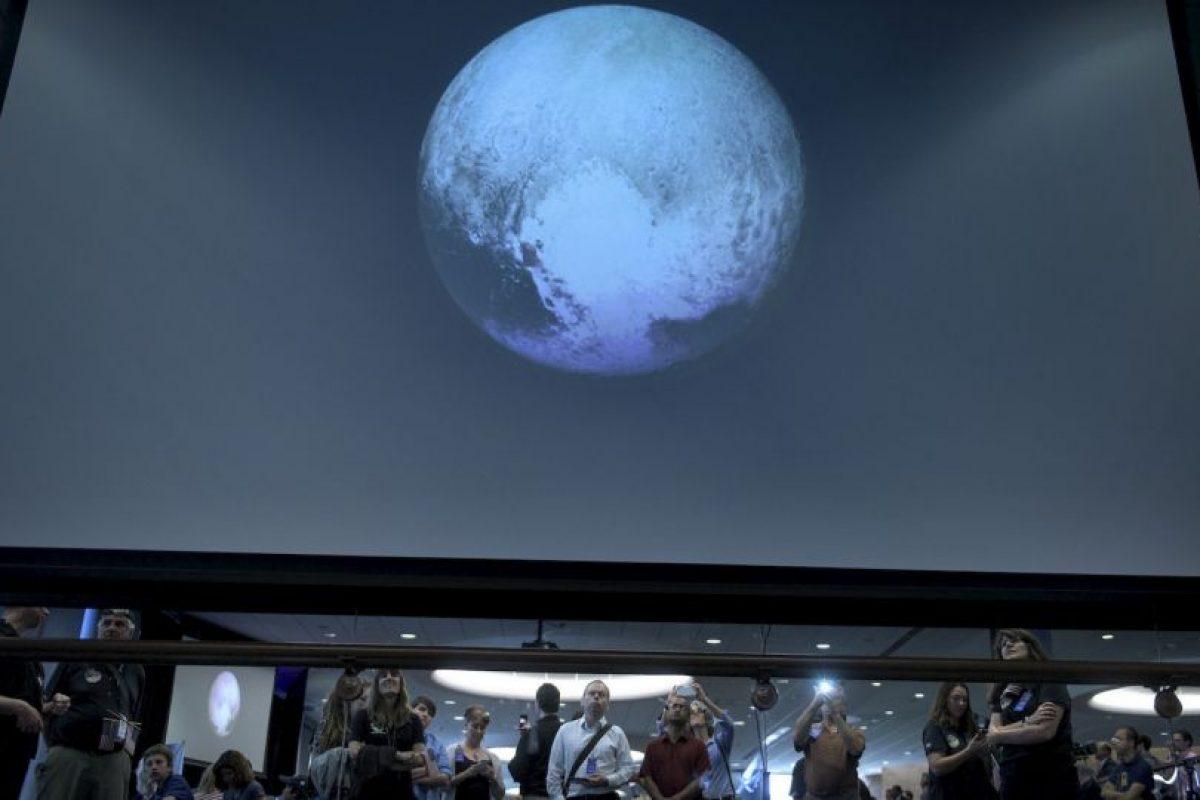 3. La NASA indicó que los científicos se sorprendieron ante la aparente falta de cráteres en Caronte, la luna más grande de Plutón. Foto:AFP. Imagen Por: