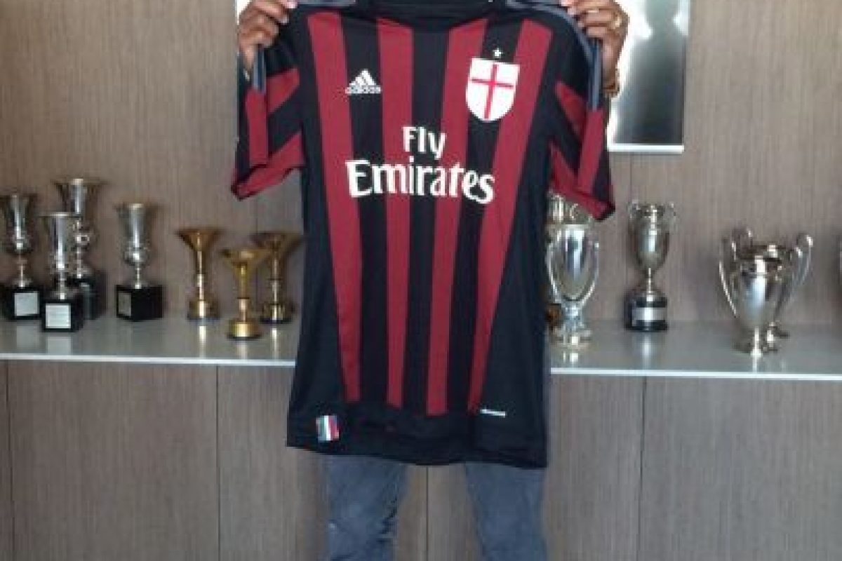AC Milán optó por un diseño retro. Foto:Vía facebook.com/ACMilan. Imagen Por: