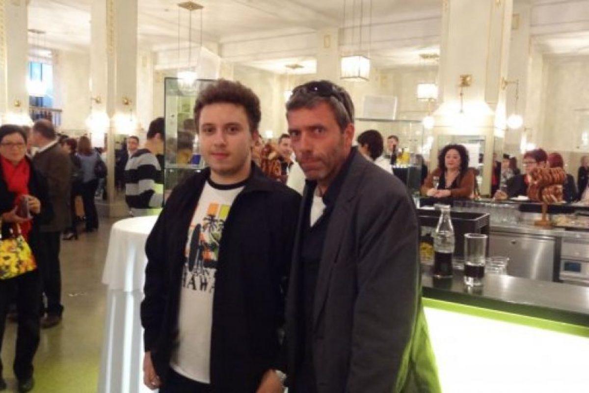 Este joven se retrató con el impostor de Hugh Laurie Foto:vía collegehumor.com. Imagen Por: