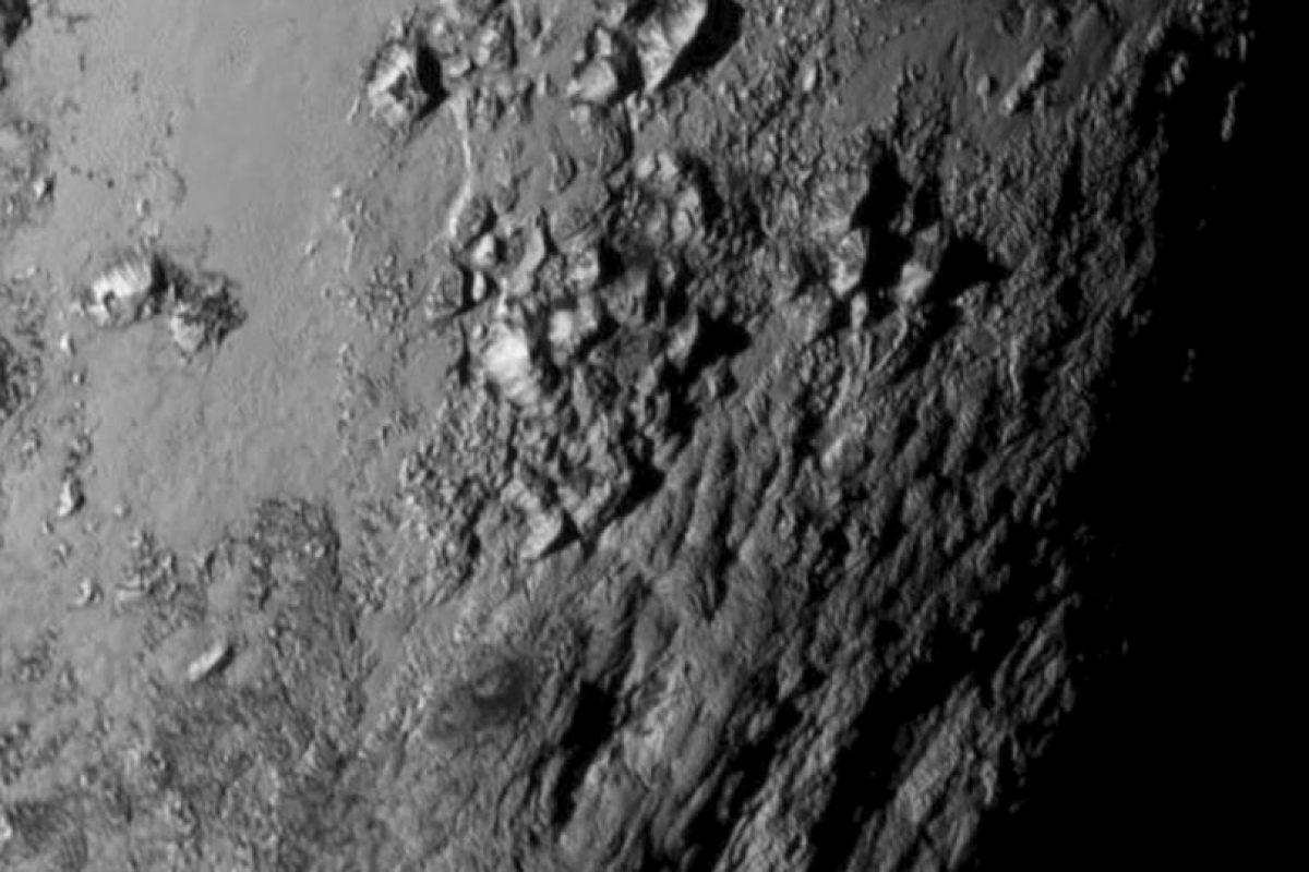 6. La NASA compartió esta foto en primer plano del ecuador de Plutón. Foto:AP. Imagen Por: