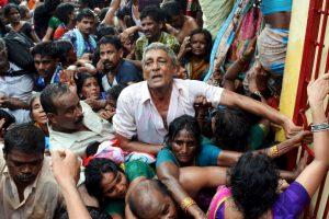 Una estampida se registró en la India esta semana durante un evento religioso. Foto:AFP. Imagen Por: