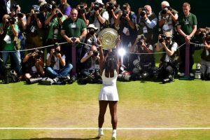 La tenista estadounidense Serena Williams posa con el trofeo del ganador de Wimbledon. Foto:AFP. Imagen Por: