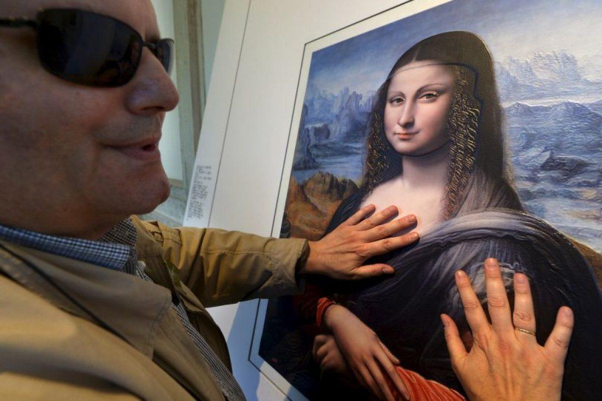 """Invidente participa de la exposición """"Tocar el Prado """", en el Museo del Prado. Este pudo tocar una versión de la famosa Mona Lisa. Foto:AFP. Imagen Por:"""
