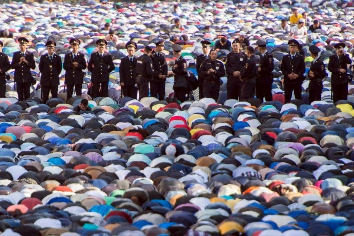 Musulmanes rezan en mezquita en Moscú, Rusia. Foto:AFP. Imagen Por: