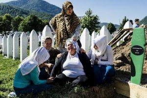 Mujer serbia llora en la tumba de su hermano durante la conmemoración del 20 aniversario de la matanza de miles de musulmanes. Foto:AFP. Imagen Por: