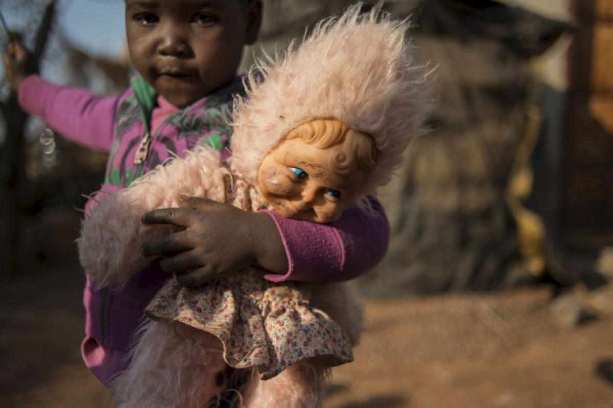 Niña juega con su muñeca en Sudáfrica. Foto:AFP. Imagen Por: