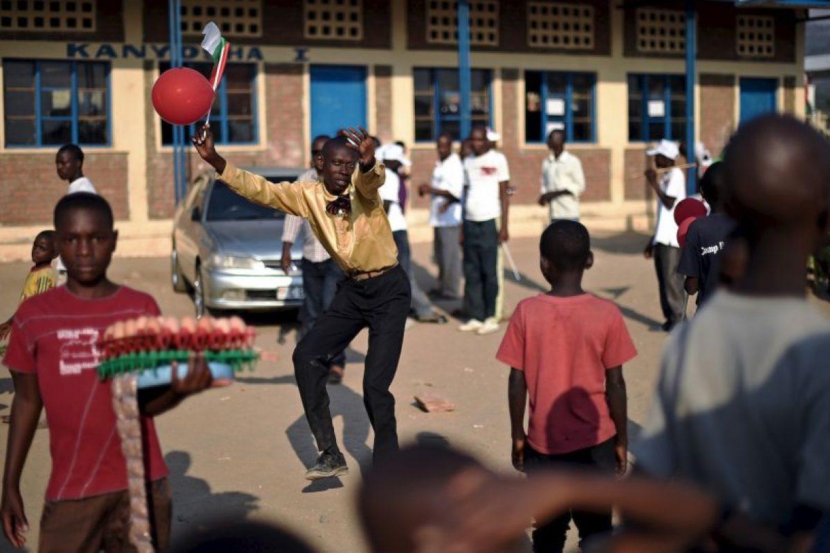 Un hombre baila en Burundi. Foto:AFP. Imagen Por: