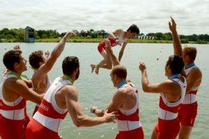 Miembros del equipo de remo de Canadá lanzan a uno de sus integrantes al agua. Foto:AFP. Imagen Por:
