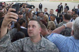 Miembro del Ejército de Estados Unidos toma un selfie durante la viista de Barack Obama a Oklahoma. Foto:AFP. Imagen Por: