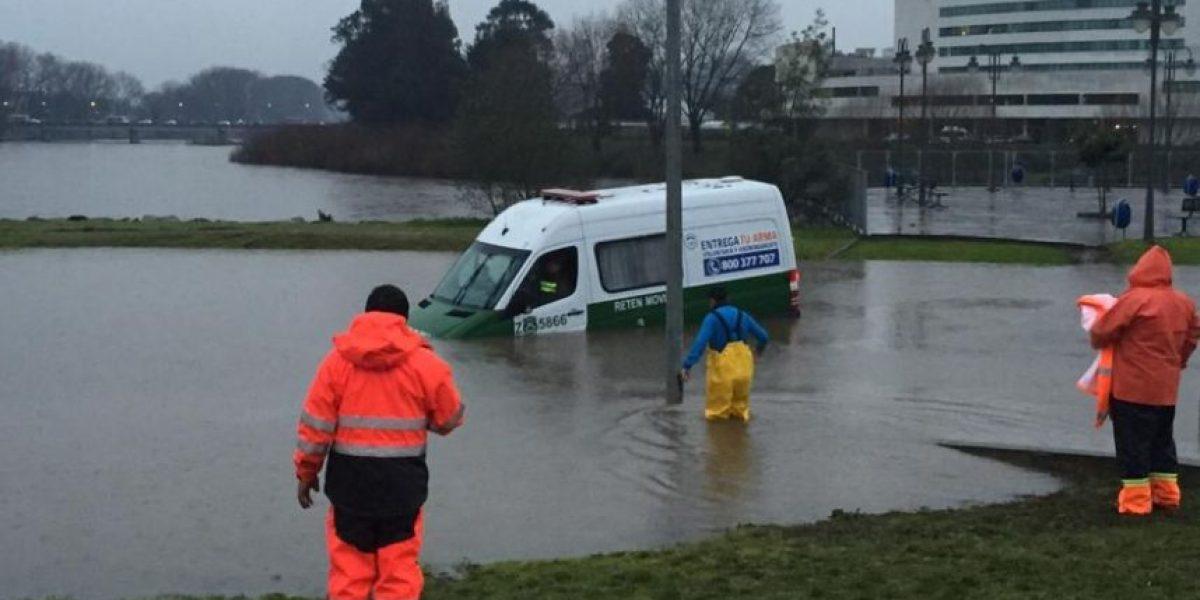 Así queda furgón policial tras intensa lluvia en Osorno