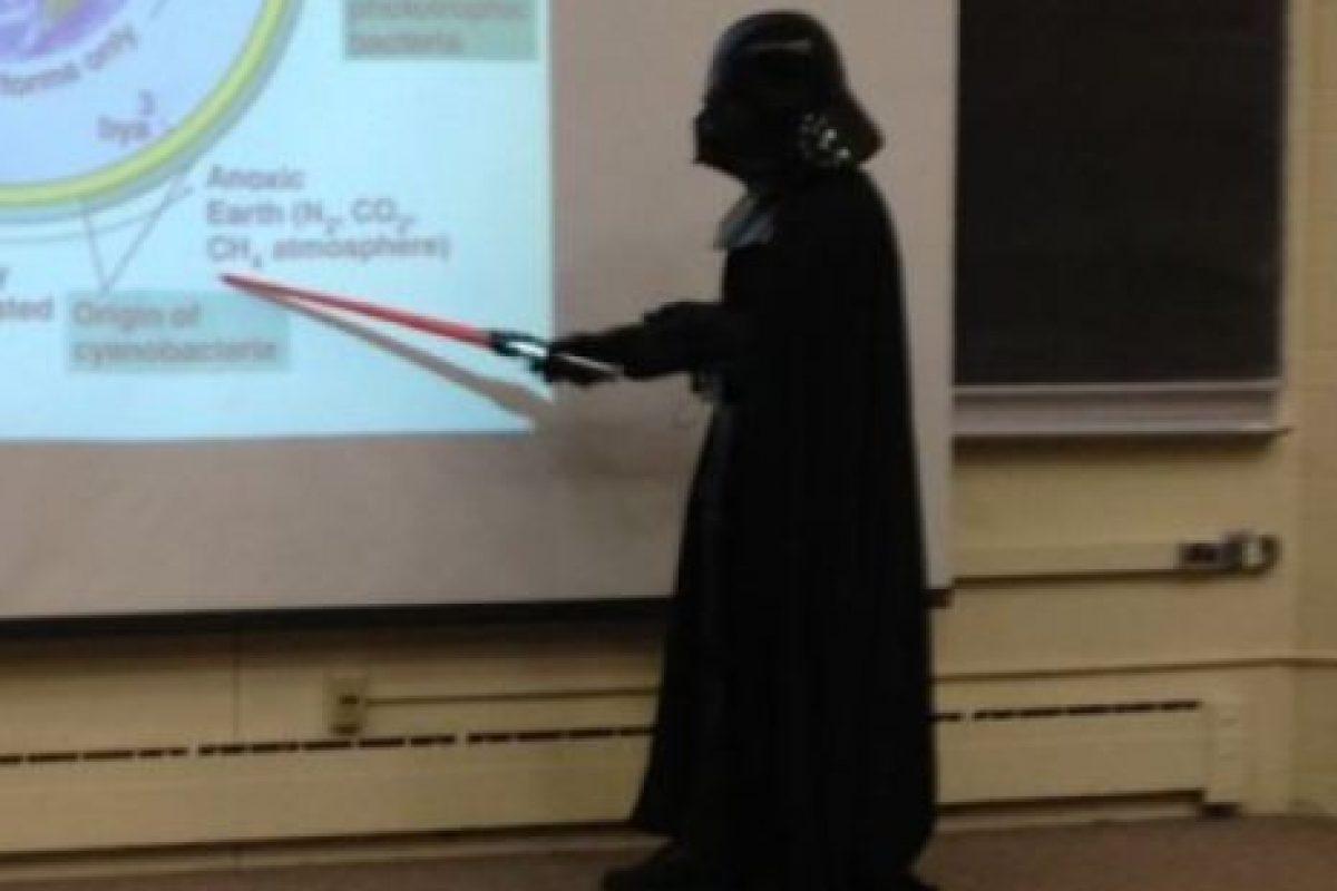 El maestro que se disfraza de Darth Vader para dar una clase. Foto:vía Imgur. Imagen Por: