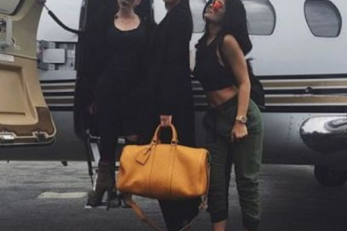 Acá, las hermanas de viaje. Kendall es única en negro. Kylie se parece a Kim por el pantalón cargo que se parece al de la colección de Kanye West para Adidas. Foto:vía Instagram/kyliejenner. Imagen Por: