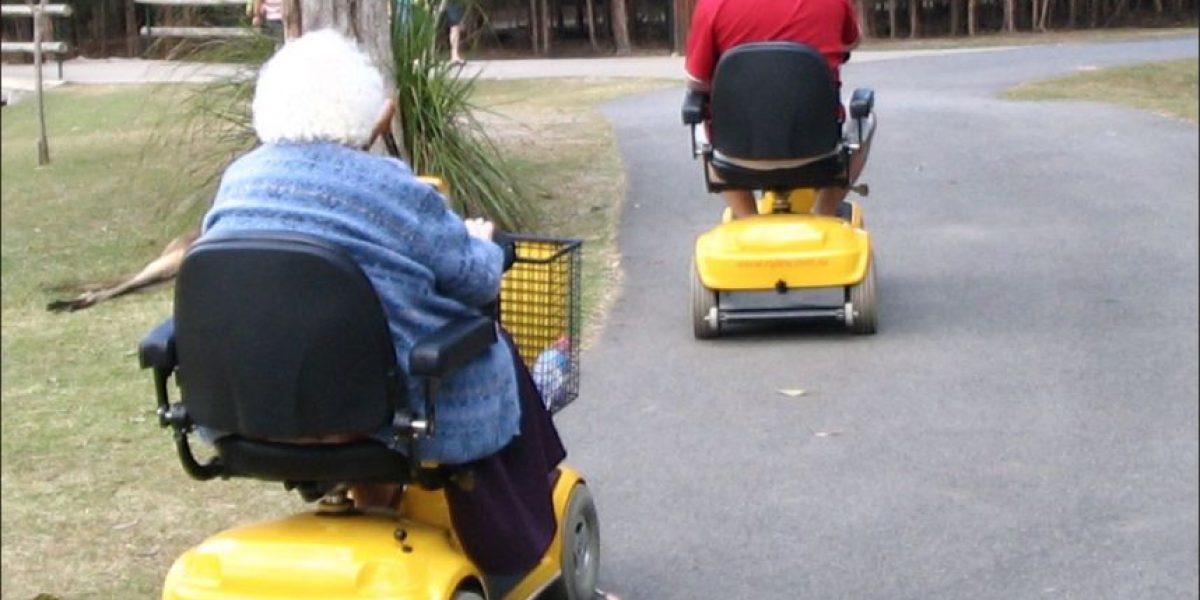 Discapacitado muere al caer con su silla motorizada en piscina