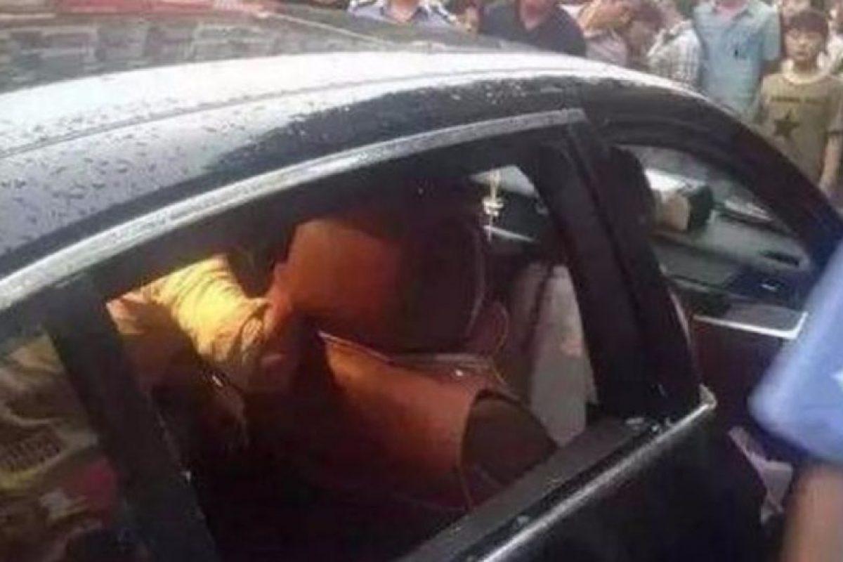 Este es el auto de la madre que no permitía que salvaran a su hijo encerrado. Foto:Vía Qiwen. Imagen Por: