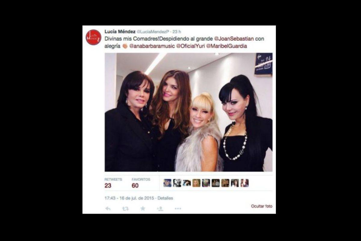 La actriz mexicana Maribel Guardia causó gran polémica al tomarse selfies con sus amigas en medio del velorio de Joan Sebastian Foto:vía twitter.com/maribelguardia. Imagen Por:
