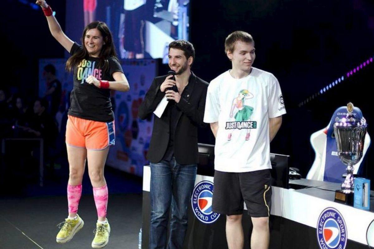 Se convirtió así en la única persona en el mundo en mantener un récord mundial de maratón en los tres más populares juegos de baile que son: Foto:facebook.com/pages/Carrie-Swidecki/. Imagen Por:
