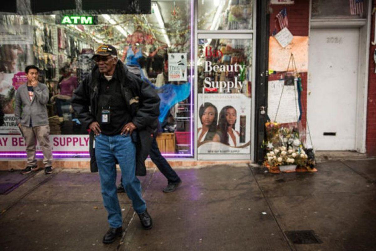 La gente deja ofrendas fuera del salón de belleza frente al cual ocurrió la confrontación. Foto:Getty Images. Imagen Por: