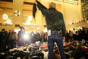 En la terminal ferroviaria de Nueva York también hubo manifestantes que se acostaron en el piso. En la foto un hombre se asfixia simbólicamente con una bufanda. Foto:Getty Images. Imagen Por: